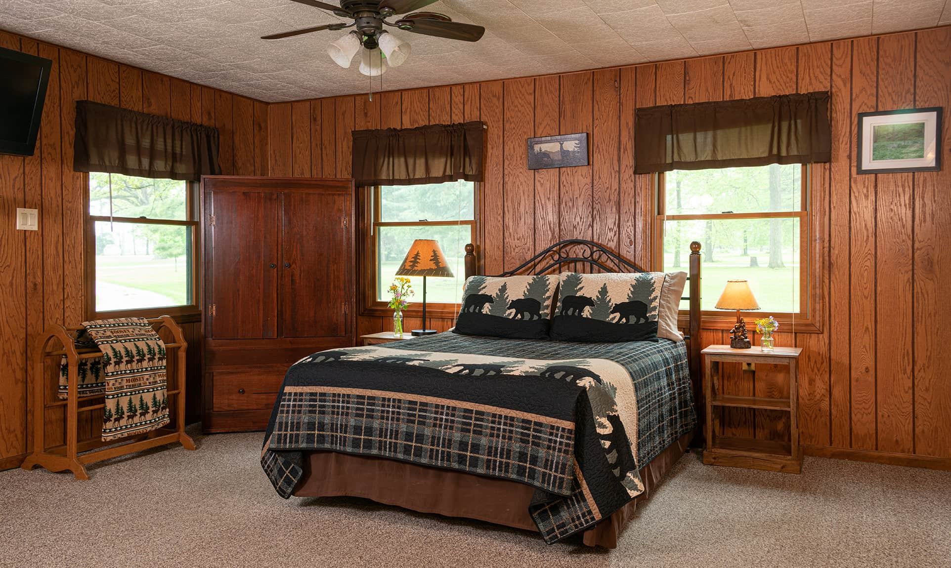 Bridge Cabin bed - romantic accommodations near Starved Rock