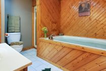 Chippewa Cabin soaking tub - romantic Starved Rock, Illinois lodging