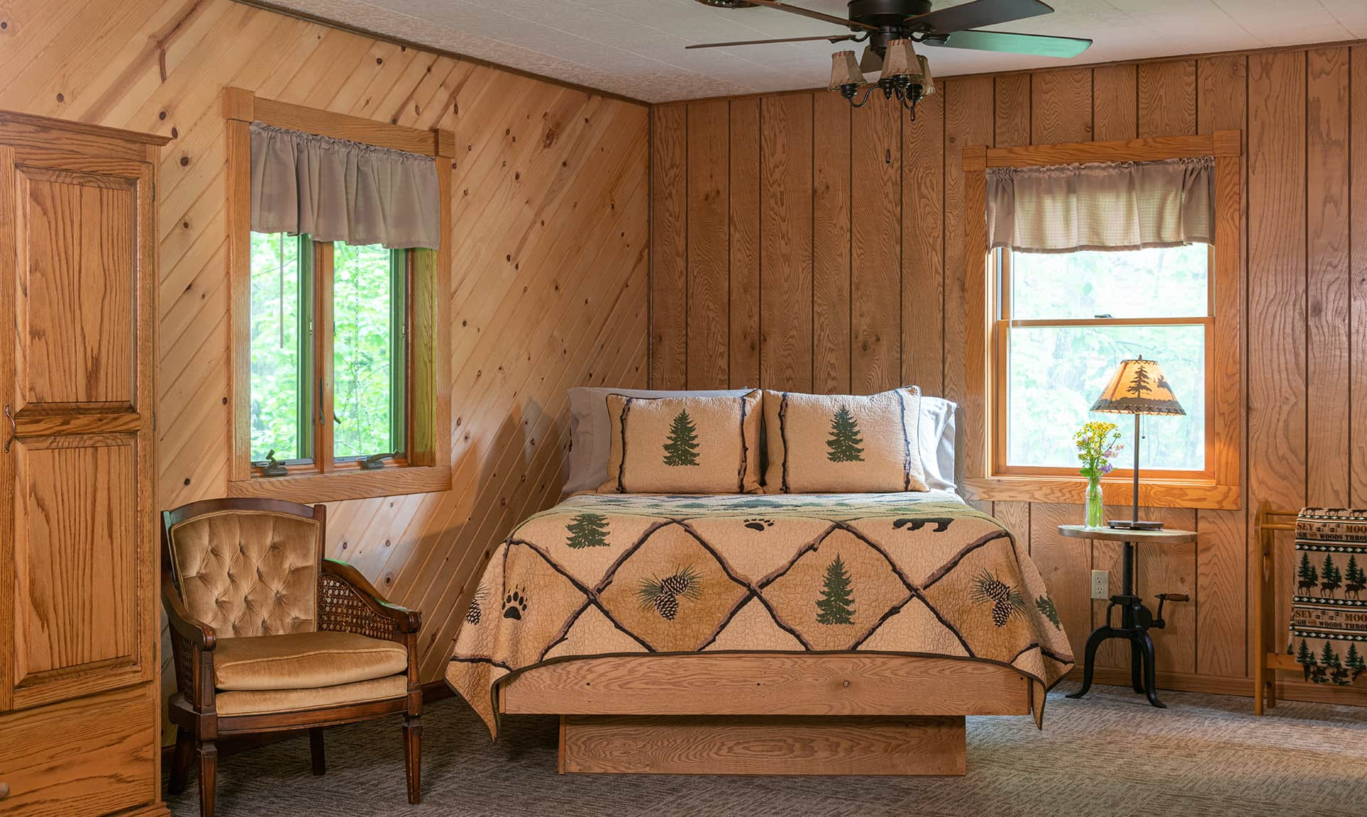 Chippewa Cabin bed - romantic Starved Rock, Illinois lodging