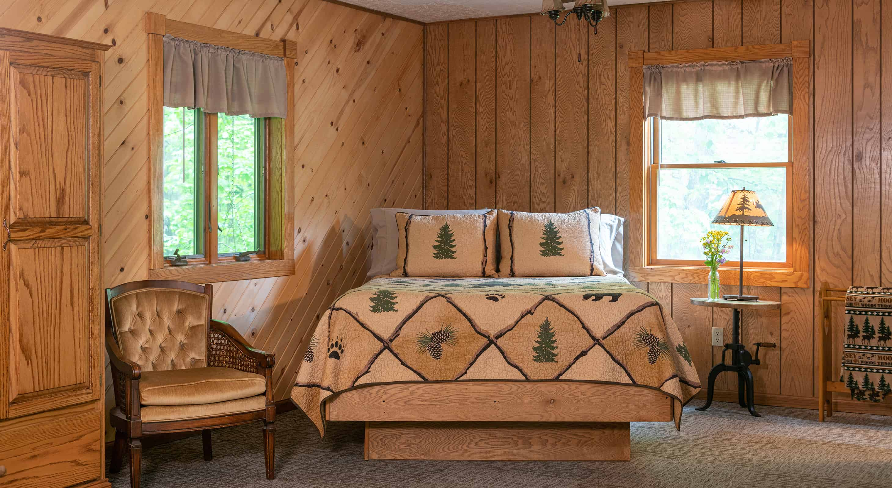 Chippewa Cabin bed for romantic Starved Rock, Illinois lodging