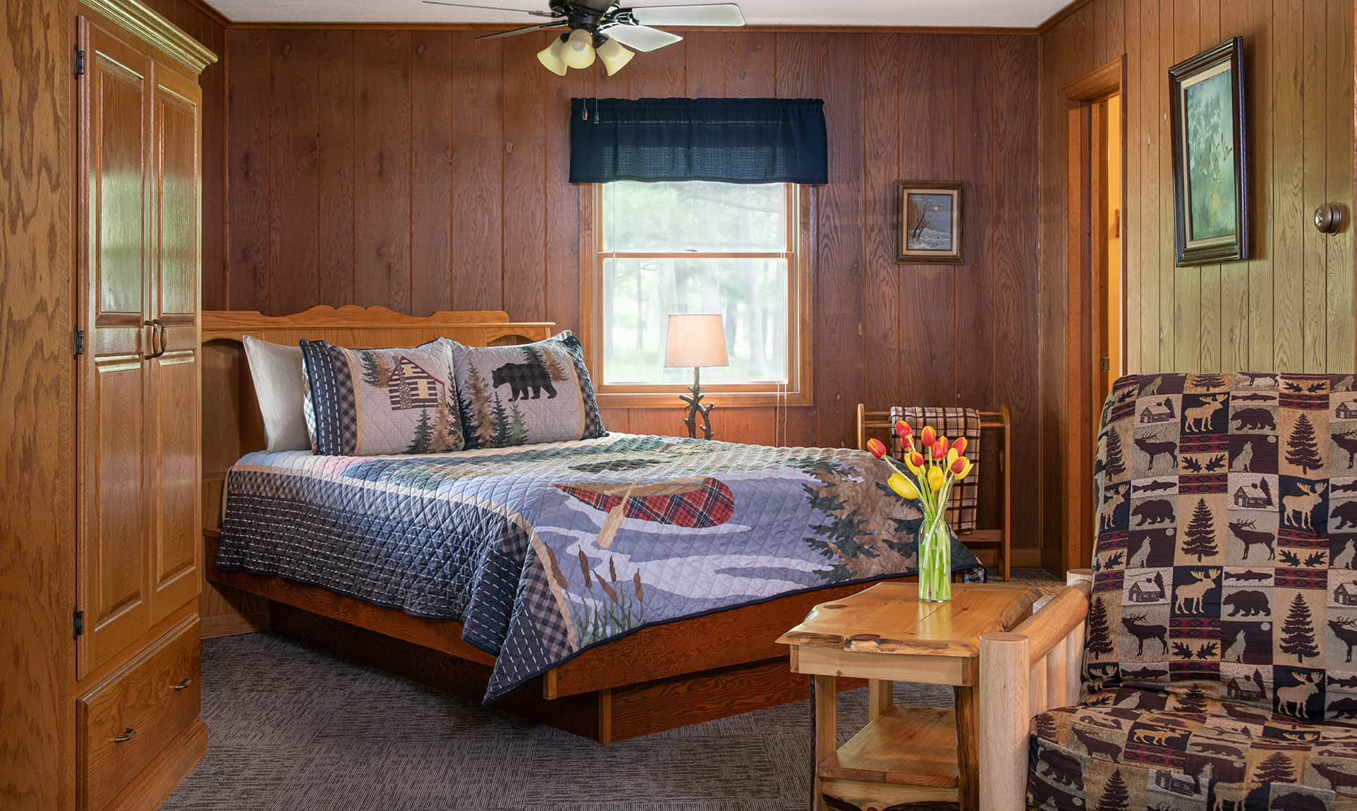 Commanche Cabin bed - pet-friendly Starved Rock accommodations