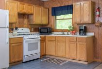 Commanche Cabin kitchen - pet-friendly Starved Rock accommodations