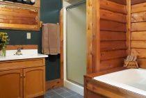 Hunters Cabin bathroom and spa tub