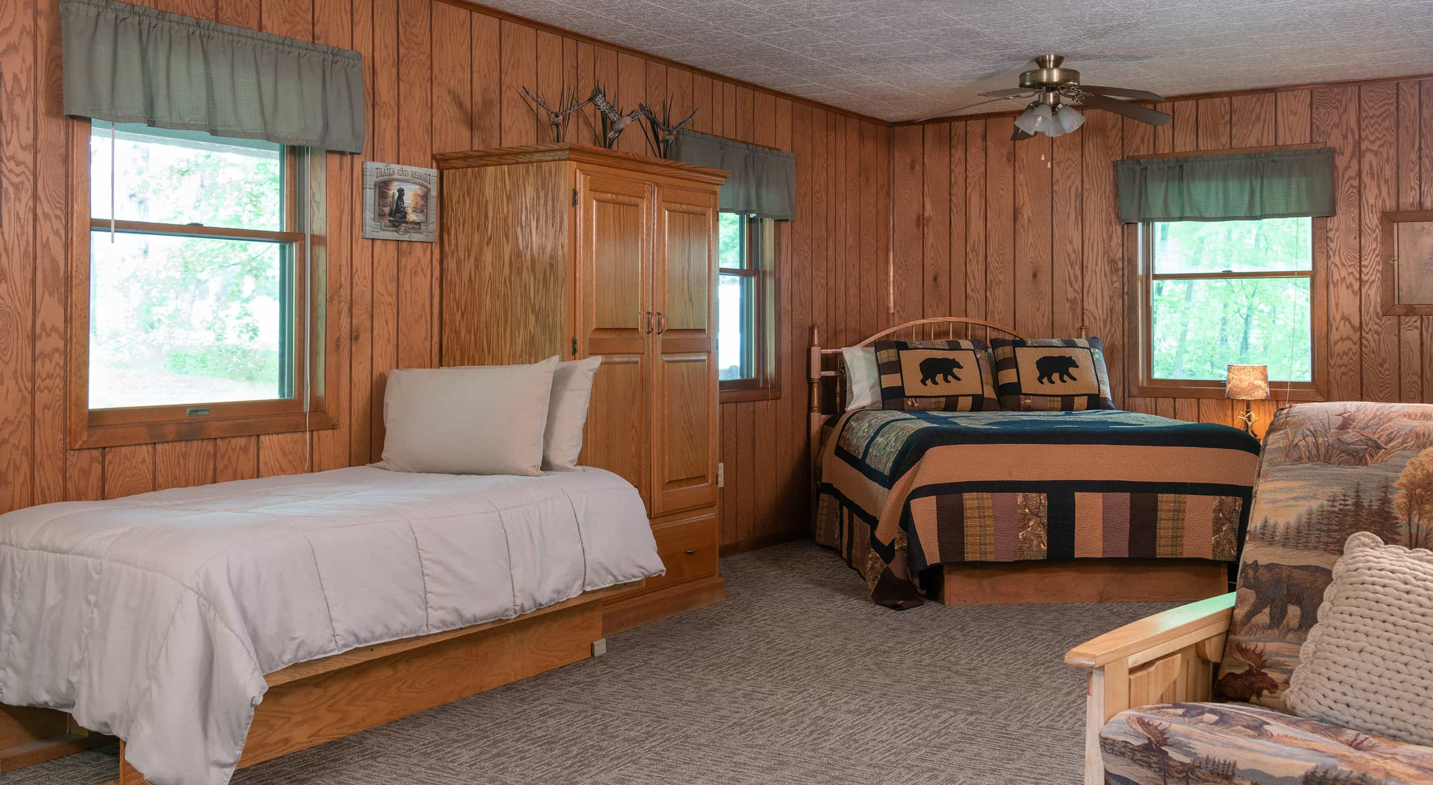 Hunters Cabin bed - Romantic Lodging near Starved Rock