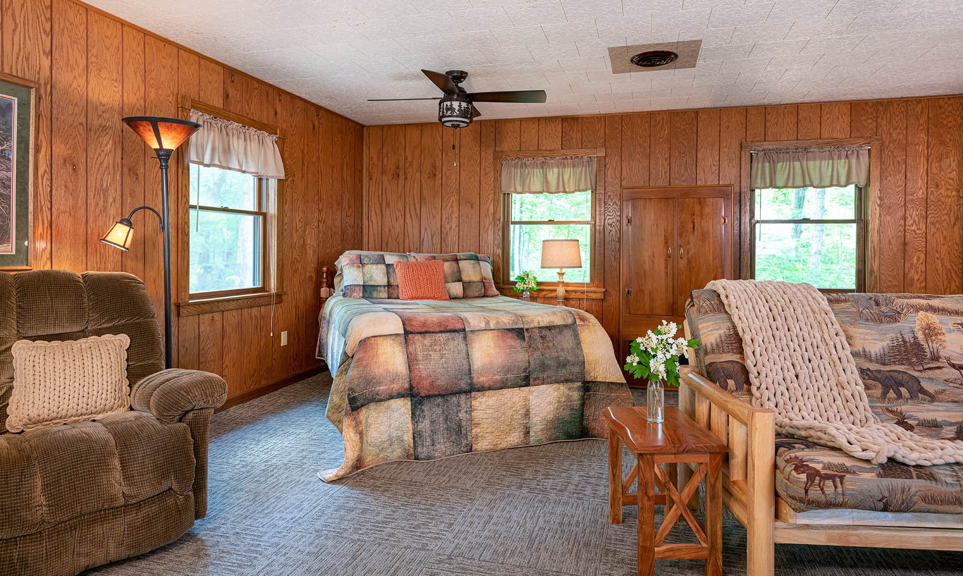Queen bed in a romantic Illinois cabin near Starved Rock